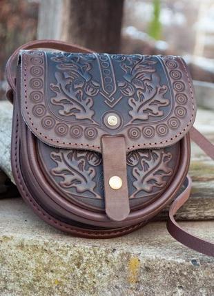 Маленькая кожаная сумочка через плечо коричневая о орнаментом тиснение