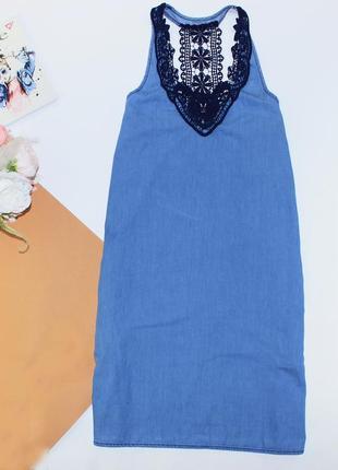Приятное платье сарафан джинсовое с вышивкой с боковыми карманами