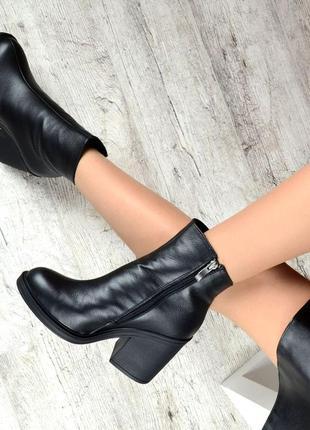 Зимние женские кожаные ботинки на толстом каблуке черные
