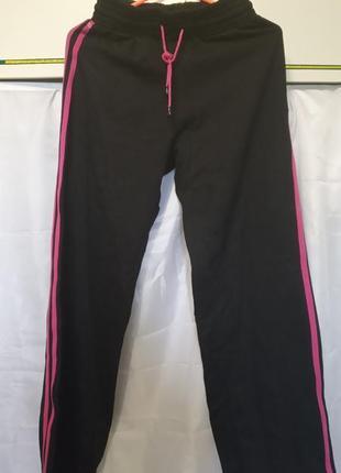 Женские черные спортивные штаны с лампасами по бокам
