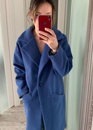 Синие кашемировое пальто.