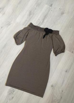 Платье с спущенными плечами