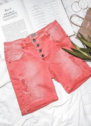 Красные джинсовые шорты бриджи рваные