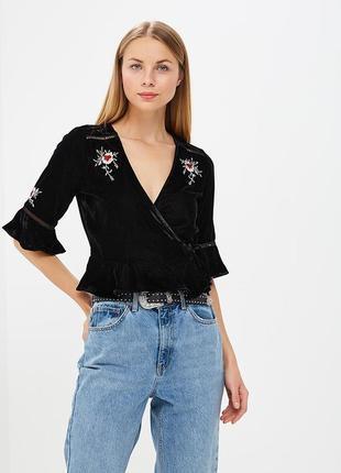 Красивая стильная чёрная бархатная блуза на запах с вышивкой и оборками