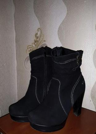 Женские замшевые черные зимние ботинки на каблуке
