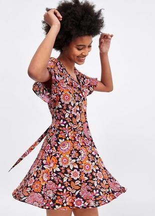 Классное актуальное стильное платье в цветочный принт на пуговицах zara