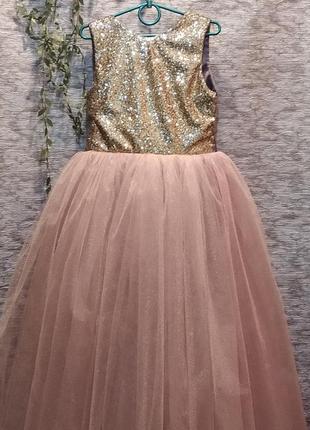 Очень яркое нарядное платье на выпускной для юной леди.