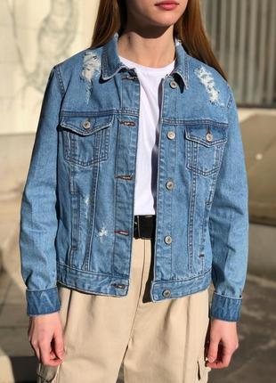 Рваная джинсовая куртка джинсовка оверсайз с порватостями
