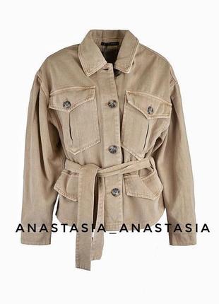 Стильная женская джинсовая куртка на запах с поясом короткая