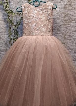 Красивое пышное платье бежевого цвета