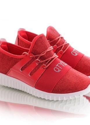 Красные кроссовки на шнуровке