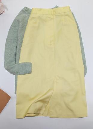 Яркая желтая длинная юбка с боковыми карманами и разрезами