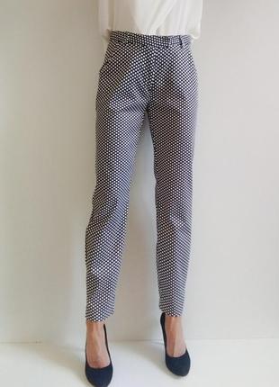 Классические зауженные брюки в горошек