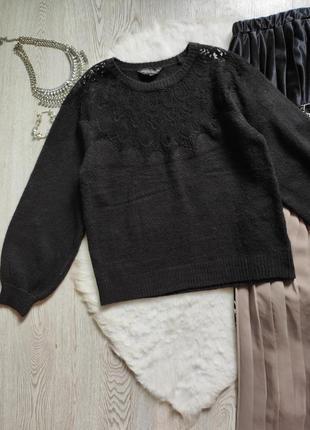 Черный вязаный свитер кофта с ажурными вставками на декольте гипюр вышивка на груди плечах3 фото