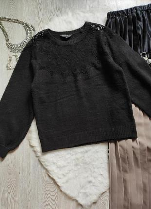 Черный вязаный свитер кофта с ажурными вставками на декольте гипюр вышивка на груди плечах4 фото