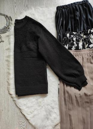 Черный вязаный свитер кофта с ажурными вставками на декольте гипюр вышивка на груди плечах10 фото