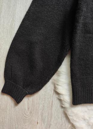 Черный вязаный свитер кофта с ажурными вставками на декольте гипюр вышивка на груди плечах6 фото