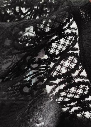 Черный вязаный свитер кофта с ажурными вставками на декольте гипюр вышивка на груди плечах7 фото