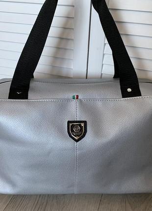 Большая серебристая спортивная сумка