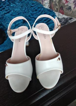 Белые кожанные босоножки на низком каблуке