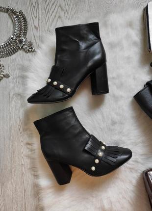 Черные кожаные деми полусапожки сапоги на каблуке с камнями жемчугом кисточками ботильйоны