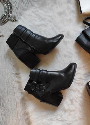 Черные кожаные деми полу сапожки низкие сапоги на широком каблуке ботинки ботильйоны
