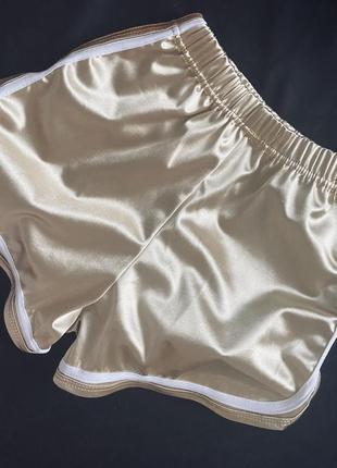 Стильные красивые глянцевые золотые короткие шорты с полосами для танцев и спорта