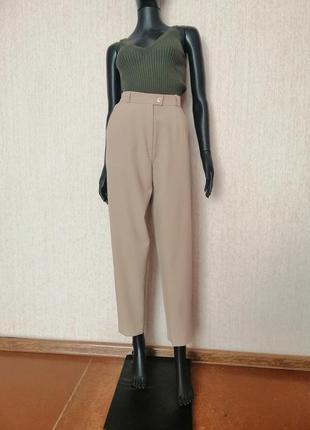 Стильные нюдовые брюки с высокой посадкой