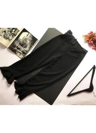 Крутые черные брюки с оборками оборками укороченные кюлоты от boohoo