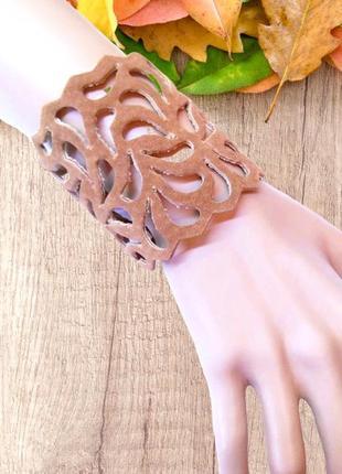 Широкий светло коричневый ажурный женский замшевый браслет.