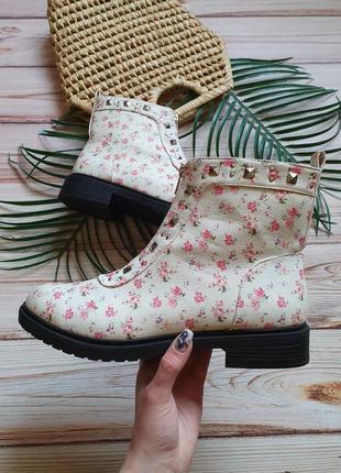 Красивые цветочные весенние демисезонные ботинки с заклепками и замком1 фото
