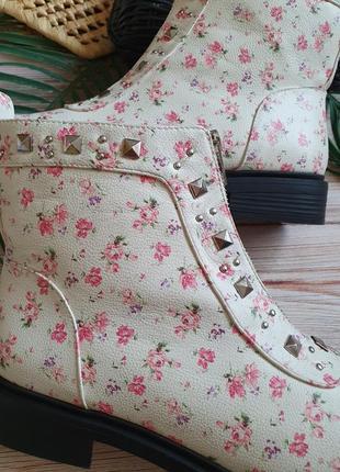 Красивые цветочные весенние демисезонные ботинки с заклепками и замком4 фото
