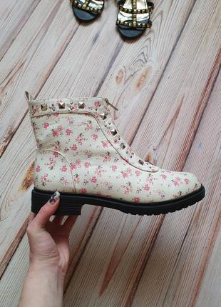 Красивые цветочные весенние демисезонные ботинки с заклепками и замком5 фото