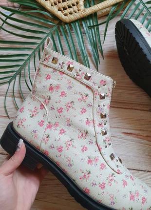 Красивые цветочные весенние демисезонные ботинки с заклепками и замком7 фото