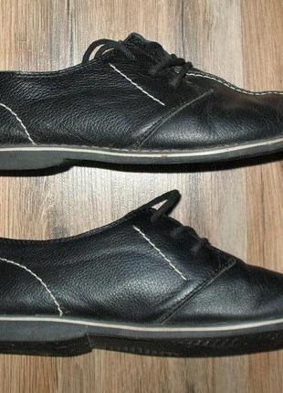 Кожаные черные туфли с белой отстрочкой
