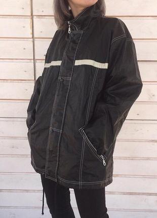Лаковая куртка с рефлективными полосками