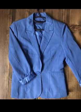Синий пиджак свободного кроя
