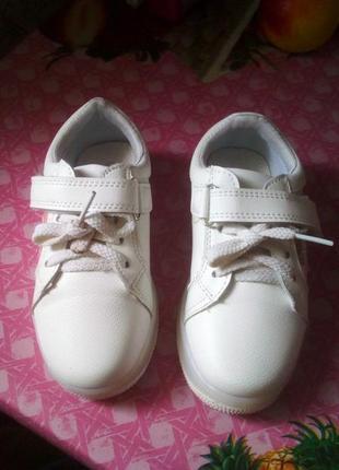 Модне белые кроссовки