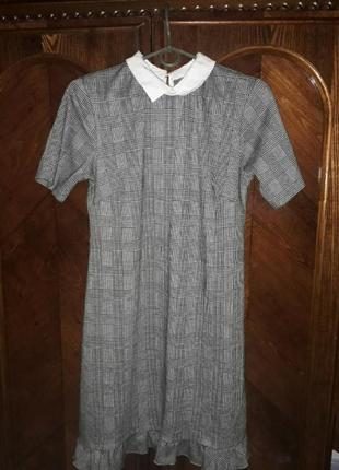 Модное платье в клеточку с рюшами и белым воротником
