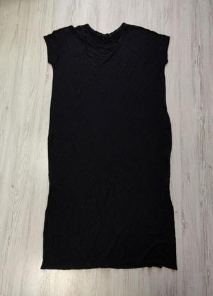 Черное платье свободного кроя с короткими рукавами и разрезами