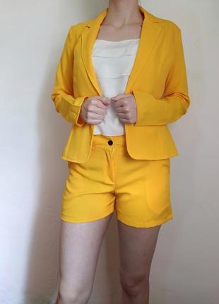 Яркий жёлтый костюм двойка пиджак шорты
