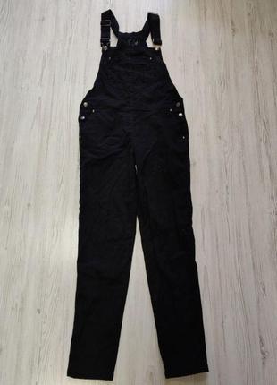 Черный джинсовый комбинезон на пуговках с карманом спереди