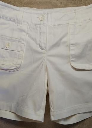 Белоснежные шорты с карманами.