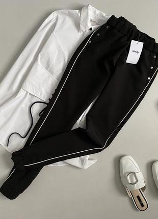 Новые трендовые брюки джоггеры с лампасами sinsay