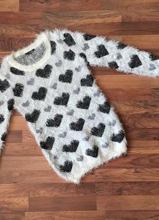 Стильный свитерок белый в принт-сердечки