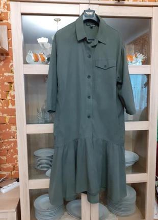 Роскошное с карманами по бокам и воланом по низу платье рубашка большого размера