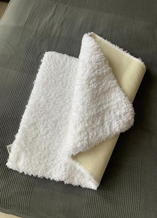 Пухнастий коврик в ванну