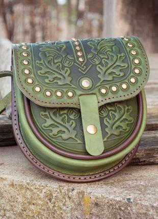 Маленькая кожаная сумочка через плечо оливковая с орнаментом тиснение