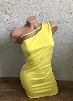 Облегающие желтое платье на одно плечо