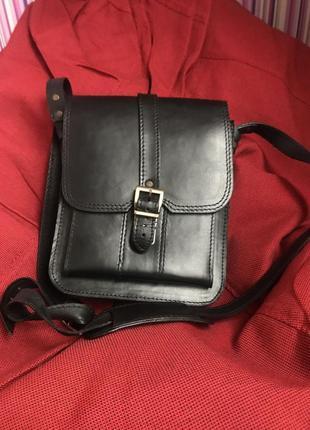 Мужская чёрная кожаная сумка с металической фурнитурной н